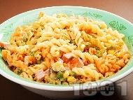Рецепта Шарена макаронена салата с паста триколоре, кренвирши, кисели краставички, грах, царевица, майонеза и сметана